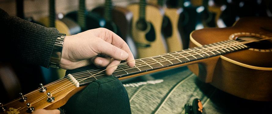 Hvordan stemmer man en gitar?
