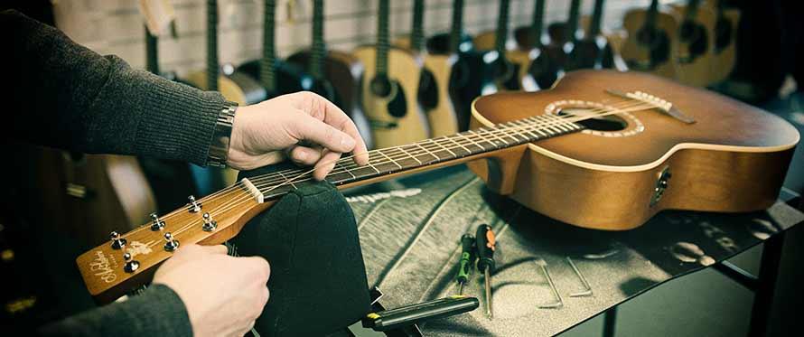 Sånn setter du nye strenger på en spansk gitar